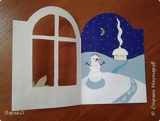 """Хочу показать открытки к Новому году, которые прошли так сказать испытание временем. Лет 15, а то и больше, назад никаких модных сейчас скрапнаборов, дыроколов и других приспособлений и материалов для бумаги не было. Были шаблоны и трафареты из картона, изготовленные своими руками. И были дети, с которыми, как и сейчас, хотелось сделать что-то красивое к празднику. Возраст детей, с которыми я делала и делаю эти открытки 1-4 класс. Эти открытки хороши тем, что по материалам - затрат минимум. Размер они имеютотА4, сложенного вдвое, до А5 тоже сложенного вдвое. То есть открытки двойные. Первая открытка """"Снеговик"""" - для ребят 1-2 класса. Здесь главное правильно соблюсти сборку снеговика: Туловище - руки - концы шарфа -потом кусочек шарфа, который шею закрывает и шляпа. Все чертежи на открытки даю в конце - может кому пригодится. фото 6"""
