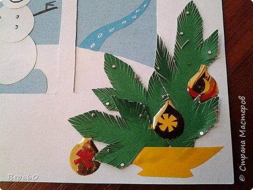 """Хочу показать открытки к Новому году, которые прошли так сказать испытание временем. Лет 15, а то и больше, назад никаких модных сейчас скрапнаборов, дыроколов и других приспособлений и материалов для бумаги не было. Были шаблоны и трафареты из картона, изготовленные своими руками. И были дети, с которыми, как и сейчас, хотелось сделать что-то красивое к празднику. Возраст детей, с которыми я делала и делаю эти открытки 1-4 класс. Эти открытки хороши тем, что по материалам - затрат минимум. Размер они имеютотА4, сложенного вдвое, до А5 тоже сложенного вдвое. То есть открытки двойные. Первая открытка """"Снеговик"""" - для ребят 1-2 класса. Здесь главное правильно соблюсти сборку снеговика: Туловище - руки - концы шарфа -потом кусочек шарфа, который шею закрывает и шляпа. Все чертежи на открытки даю в конце - может кому пригодится. фото 7"""