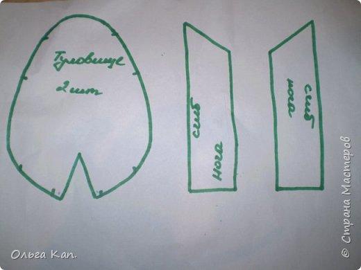 Для работы потребуется: - бумага - карандаш - ножницы - иголка - нитки - ткань (черная, бежевая, белая, сиреневая, синяя, оранжевая, голубая, желтая, розовая, красная) - атласная лента (шириною 5 см, 2 см, 0,5 см) - пуговицы белые 2 шт - желтое кольцо - синтепон фото 3