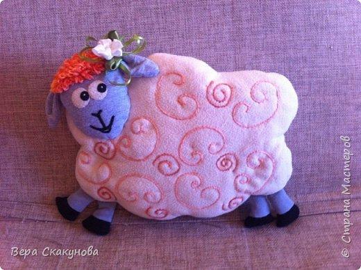 Очень хотелось порадовать внучку Соню подушкой-овечкой!  Она сделана из трикотажа и флиса, набита синтепоном. Кудряшки вышиты вручную, а чёлка связана из ниток - получилась очень яркой. Овечка улыбается - это хорошо!