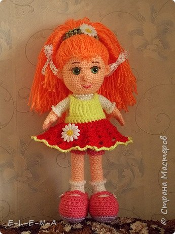 Добрый день всем жителям страны!!! Представляю вам новую куколку. Я забыла выключить лампу  для подсветки цветов и поэтому фото получились желтыми.