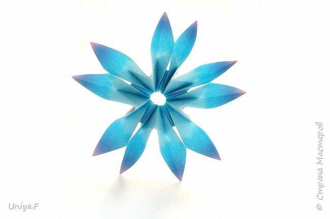 """Эта звездочка из 5 модулей смотрится очень лучисто и рельефно. Имеет односторонний эффект, хороша из градиентной бумаги. Подойдет для кусудам. Как снежинку можно сделать из 6 модулей.  Name: Toccata star  Collection origami stars """"Philharmonia"""" Designer: Uniya Filonova   Units: 5  Paper: 7,5 x 7,5 cm   Final diameter: 9 cm  Joint: no glue  фото 1"""