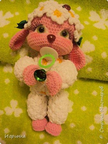 Здравствуйте, дорогие мастера и мастерицы! Сегодня на Ваш суд представляю целый новогодний десант, а первой - эту крохотулю, цветочную овечку из онлайна Solka(Олечки) с форума амигуруми. Мне она безумно нравится - спасибо огромное Оленьке за это маленькое чудо! фото 4