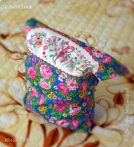 """Наконец-то я могу показать вам мешочек,который ждал своего часа больше месяца!Почему ждал?потому что предназначался подруге в подарок,и ни как нельзя было его """"светить"""" до сегодняшнего дня.Сегодня мешочек приехал к своей новой хозяйке.Мешок сшит из отечественного хлопка,внутри белая подклада.Вставка-это вышивка на канве ровномерного плетения Linda,нитками гамма подбором.Сюжет из французского журнала. фото 1"""