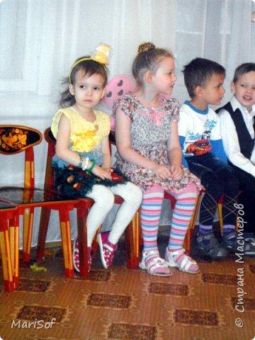 Здравствуйте, мастера! В детском саду ко Дню матери дали нам задание сделать костюм из бросового материала для дефиле. Немного поразмыслив на тему потраченного в пустую времени, решила попробовать технику крейзи вул. Да и давно эта техника лежит у меня в хотелках. Мой бросовый материал - остатки пряжи. Платье делала с умыслом носить его на повседневку в детский сад. (без брошки) фото 14