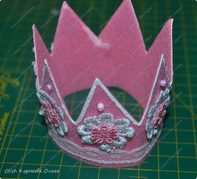 Здравствуйте. Приближается чудный, мой самый любимый праздник - Новый год! Для детей начинается пора утренников. Большинство малышек хотят быть на празднике принцессами. Так давайте же сделаем красивую и очень простую в изготовлении корону для вашей принцессы. Тем более можно подобрать в тон платью и цвет короны, и ее украшение. фото 9