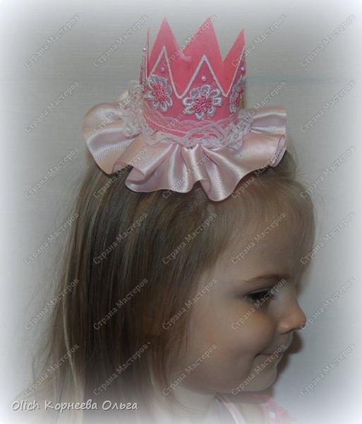Здравствуйте. Приближается чудный, мой самый любимый праздник - Новый год! Для детей начинается пора утренников. Большинство малышек хотят быть на празднике принцессами. Так давайте же сделаем красивую и очень простую в изготовлении корону для вашей принцессы. Тем более можно подобрать в тон платью и цвет короны, и ее украшение. фото 2
