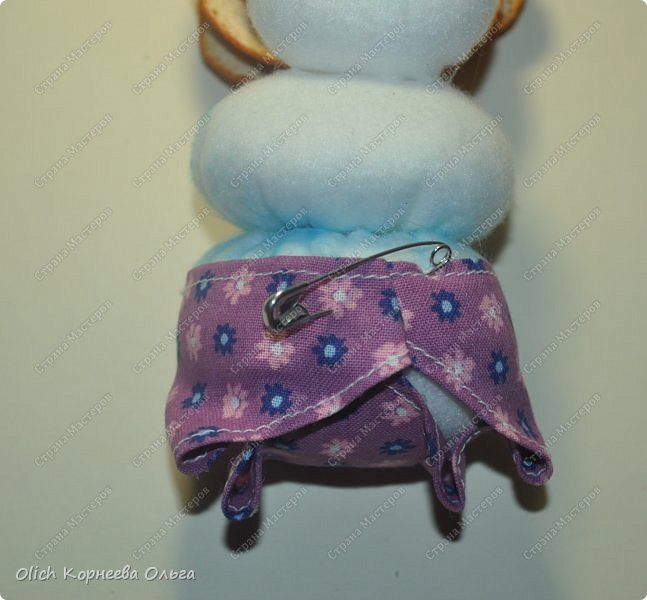 Здравствуйте. Давайте сошьем к Новому году снеговика-малыша. Очаровательный снеговичок только появился на свет, он в подгузнике, застегнутом булавкой, и чепчике, крепко держит бутылочку с кашей. фото 21