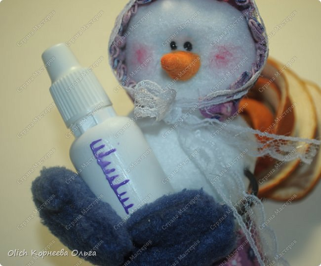 Здравствуйте. Давайте сошьем к Новому году снеговика-малыша. Очаровательный снеговичок только появился на свет, он в подгузнике, застегнутом булавкой, и чепчике, крепко держит бутылочку с кашей. фото 24