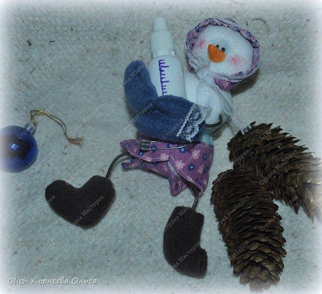 Здравствуйте. Давайте сошьем к Новому году снеговика-малыша. Очаровательный снеговичок только появился на свет, он в подгузнике, застегнутом булавкой, и чепчике, крепко держит бутылочку с кашей. фото 2