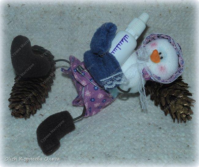 Здравствуйте. Давайте сошьем к Новому году снеговика-малыша. Очаровательный снеговичок только появился на свет, он в подгузнике, застегнутом булавкой, и чепчике, крепко держит бутылочку с кашей. фото 3
