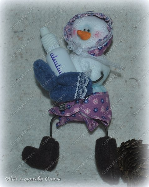 Здравствуйте. Давайте сошьем к Новому году снеговика-малыша. Очаровательный снеговичок только появился на свет, он в подгузнике, застегнутом булавкой, и чепчике, крепко держит бутылочку с кашей. фото 4
