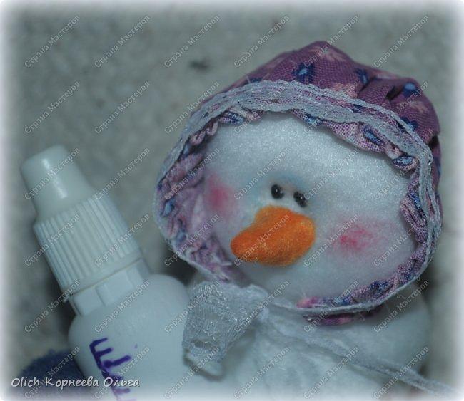 Здравствуйте. Давайте сошьем к Новому году снеговика-малыша. Очаровательный снеговичок только появился на свет, он в подгузнике, застегнутом булавкой, и чепчике, крепко держит бутылочку с кашей. фото 5