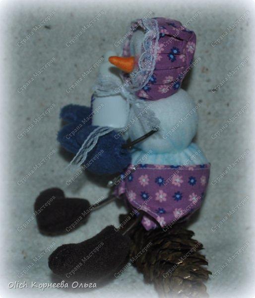 Здравствуйте. Давайте сошьем к Новому году снеговика-малыша. Очаровательный снеговичок только появился на свет, он в подгузнике, застегнутом булавкой, и чепчике, крепко держит бутылочку с кашей. фото 6