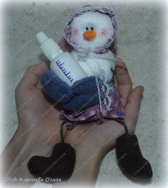 Здравствуйте. Давайте сошьем к Новому году снеговика-малыша. Очаровательный снеговичок только появился на свет, он в подгузнике, застегнутом булавкой, и чепчике, крепко держит бутылочку с кашей. фото 1