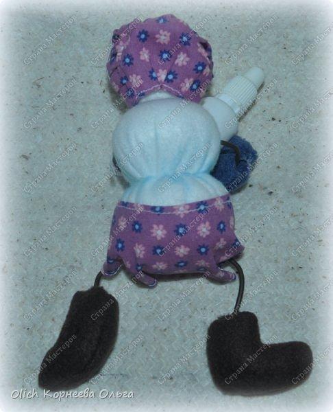 Здравствуйте. Давайте сошьем к Новому году снеговика-малыша. Очаровательный снеговичок только появился на свет, он в подгузнике, застегнутом булавкой, и чепчике, крепко держит бутылочку с кашей. фото 7