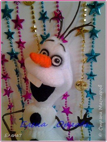 """Давно меня привлекал персонаж из мультфильма """"Холодное сердце"""" снеговик Олаф....и всё как-то не до него было,а тут вдруг появилось жгучее желание сшить его.То,что я нашла в инете меня не устроило...Долго сидела думала как бы сделать этого сложного снеговичка по-реалистичнее)) И вот что у меня получилось)) фото 6"""
