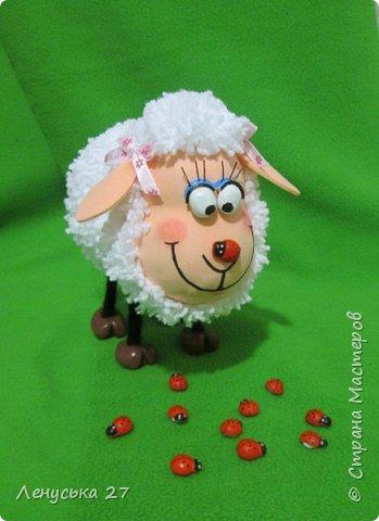 Всем добрый вечер! Я опять с овечками. Вот такая чудная получилась, с коровкой на носу.Копытца и глазки из полимерной глины, покрашены акрилом. фото 2