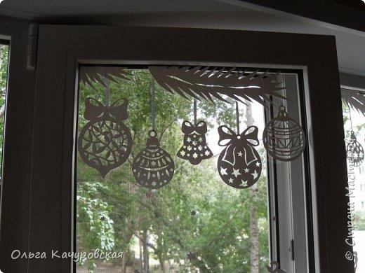 """Доброго всем времени суток))) У вас вовсю идёт подготовка к предстоящим праздникам???!!! И у меня - тоже... Причем началась она.... давненько, ещё летом ;-))) Но обо всём по-порядку... Уже несколько лет подряд я дома украшаю окна - каждый раз по-новому. А в этом году так получилось, что   начиная с августа моё окно меняет наряды ;-))) И это не шутка))))) На самом деле всё очень просто -  помимо запланированных (в сотрудничестве с КАРТОНКИНО) электронных схем,  мне поступило предложение от издательства АСТ-Пресс о создании наборов для украшения окон к новогодним праздникам  - по мотивам ранее сделанных... Вот так и случилось, что уже в августе мы """"Новый год встречали"""". Дочка упрашивала побыстрее снимать украшения с окон - чтобы """"никто не подумал, что мы с ума сошли""""  :-)))) Вот такое окно было оформлено """"в рамках сотрудничества"""" с КАРТОНКИНО http://kartonkino.ru/   Кстати говоря, на днях эта схема была дополнена  - появился вариант с новогодним поздравлением на УКРАИНСКОМ языке.... Ниже будет немало фото для тех, кто любит """"заглянуть за занавес""""))) фото 21"""