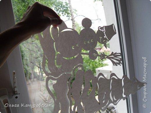 """Доброго всем времени суток))) У вас вовсю идёт подготовка к предстоящим праздникам???!!! И у меня - тоже... Причем началась она.... давненько, ещё летом ;-))) Но обо всём по-порядку... Уже несколько лет подряд я дома украшаю окна - каждый раз по-новому. А в этом году так получилось, что   начиная с августа моё окно меняет наряды ;-))) И это не шутка))))) На самом деле всё очень просто -  помимо запланированных (в сотрудничестве с КАРТОНКИНО) электронных схем,  мне поступило предложение от издательства АСТ-Пресс о создании наборов для украшения окон к новогодним праздникам  - по мотивам ранее сделанных... Вот так и случилось, что уже в августе мы """"Новый год встречали"""". Дочка упрашивала побыстрее снимать украшения с окон - чтобы """"никто не подумал, что мы с ума сошли""""  :-)))) Вот такое окно было оформлено """"в рамках сотрудничества"""" с КАРТОНКИНО http://kartonkino.ru/   Кстати говоря, на днях эта схема была дополнена  - появился вариант с новогодним поздравлением на УКРАИНСКОМ языке.... Ниже будет немало фото для тех, кто любит """"заглянуть за занавес""""))) фото 19"""