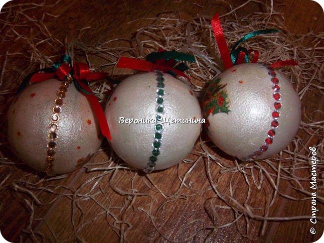 Привет всем! В прошлом году я уже делала подобные шарики на елочку, но сейчас решила усовершенствовать не только технологию, но и диаметр шаров)). Итак данные шары уже побольше - диаметром 10см., они пустые внутри и, поэтому легкие. фото 14