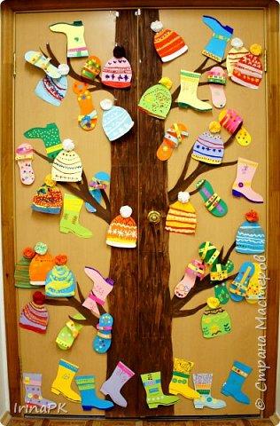 """Наше Чудо-дерево (по К.И.Чуковскому) – это дерево, на котором растут шапки да сапожки и даже шлепки на любой вкус. Выбирай, примеряй! Это работы детей по теме """"Одежда, обувь, головные уборы"""". Решила оформить их в виде чудо-дерева, т.к. в это время изучали творчество К.И. Чуковского, читали его сказки. фото 1"""