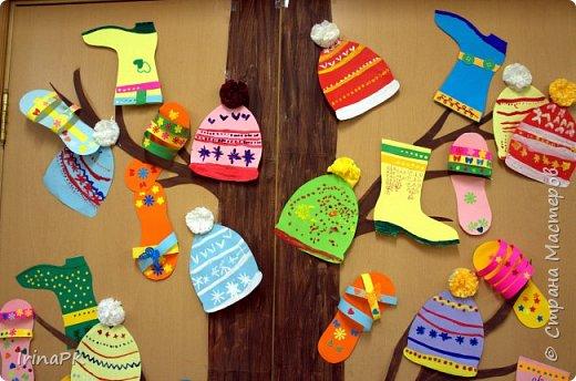 """Наше Чудо-дерево (по К.И.Чуковскому) – это дерево, на котором растут шапки да сапожки и даже шлепки на любой вкус. Выбирай, примеряй! Это работы детей по теме """"Одежда, обувь, головные уборы"""". Решила оформить их в виде чудо-дерева, т.к. в это время изучали творчество К.И. Чуковского, читали его сказки. фото 2"""