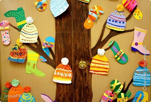 """Наше Чудо-дерево (по К.И.Чуковскому) – это дерево, на котором растут шапки да сапожки и даже шлепки на любой вкус. Выбирай, примеряй! Это работы детей по теме """"Одежда, обувь, головные уборы"""". Решила оформить их в виде чудо-дерева, т.к. в это время изучали творчество К.И. Чуковского, читали его сказки. фото 3"""