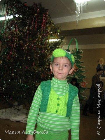 Когда мы были поменьше, сделали такие новогодние костюмы. В ход пошло бабушкино старинное платье и махровая кофточка в тон - из них получился костюм Лунтика. Кроила на глаз по одежде, ушки двойные, как в мультике, на рукавах пришиты лапки. фото 2