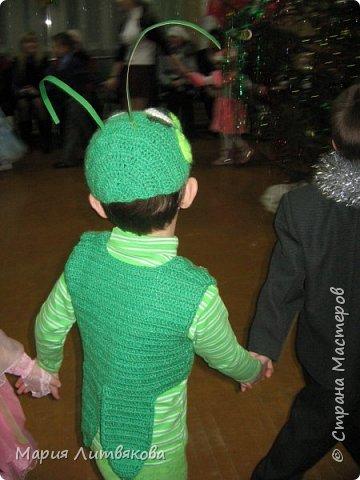 Когда мы были поменьше, сделали такие новогодние костюмы. В ход пошло бабушкино старинное платье и махровая кофточка в тон - из них получился костюм Лунтика. Кроила на глаз по одежде, ушки двойные, как в мультике, на рукавах пришиты лапки. фото 3