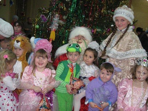 Когда мы были поменьше, сделали такие новогодние костюмы. В ход пошло бабушкино старинное платье и махровая кофточка в тон - из них получился костюм Лунтика. Кроила на глаз по одежде, ушки двойные, как в мультике, на рукавах пришиты лапки. фото 4