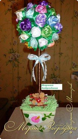 Для изготовления этого букетика я использовала: -Атласные ленты шириной 2,5 см, разных оттенков -Ленту шириной 5 см зеленого цвета -Шарик для декоративных работ -Клеевой пистолет -нитки и иголки фото 1