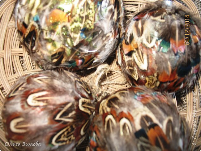 Давно хотела сделать такие вот необычные новогодние шары. Такая палитра красок никого не может оставить равнодушным.Природа постаралась наряжая птиц..Давно коллекционирую перья птиц и вот сделала такие  волшебные шары. Конечно фото не может передать всей красоты и всех переливов природных красок. Надеюсь что вы полюбуетесь вместе со мной , таким эко нарядом. фото 5