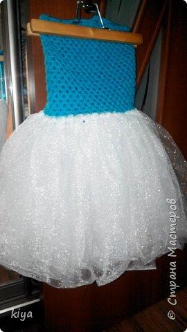 Хочу поделиться идеей платья для девочки снежинки.Делается очень просто и легко, по такому принципу можно сделать любой персонаж новогодний главное что бы была фантазия.Мне на платье понадобилось моток голубых ниток из которых мы вяжем крючком лиф, москитная сетка любая, мы нашли только с люриксом,(сейчас не сезон и обычную сетку ни в одном магазине не нашли), снежинки паетки для украшения лифа,ленточка для шнуровки лифа или молния но только разъемная, что бы можно было без труда одеть ребенка.Приступаем к работе.На фото моя племянница Василиса ни как не поддавалась для фото сессии как поймали так и сфотографировали  фото 9