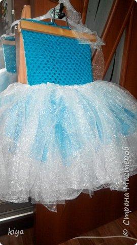 Хочу поделиться идеей платья для девочки снежинки.Делается очень просто и легко, по такому принципу можно сделать любой персонаж новогодний главное что бы была фантазия.Мне на платье понадобилось моток голубых ниток из которых мы вяжем крючком лиф, москитная сетка любая, мы нашли только с люриксом,(сейчас не сезон и обычную сетку ни в одном магазине не нашли), снежинки паетки для украшения лифа,ленточка для шнуровки лифа или молния но только разъемная, что бы можно было без труда одеть ребенка.Приступаем к работе.На фото моя племянница Василиса ни как не поддавалась для фото сессии как поймали так и сфотографировали  фото 10