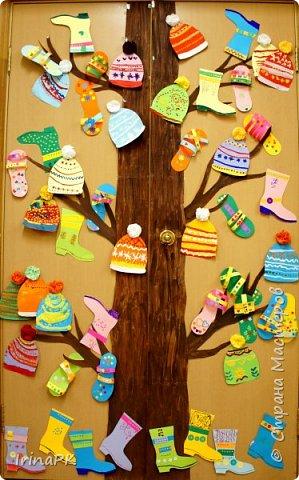 """Наше Чудо-дерево (по К.И.Чуковскому) – это дерево, на котором растут шапки да сапожки и даже шлепки на любой вкус. Выбирай, примеряй! Это работы детей по теме """"Одежда, обувь, головные уборы"""". Решила оформить их в виде чудо-дерева, т.к. в это время изучали творчество К.И. Чуковского, читали его сказки. фото 15"""