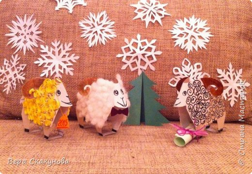 Новогодние барашки могут быть выполнены из плотной бумаги или картона.