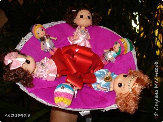На днях внучке друзей исполнилось 2 годика. Сделался у меня такой вот букет из кукол.