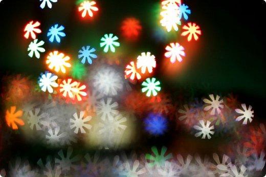 Зима припорошила искрящимся снегом городские улицы, надела на деревья роскошный наряд. Мороз покрыл причудливыми узорами окна домов, заковал реку в ледяные оковы. Это значит, что скоро Новый Год! фото 2