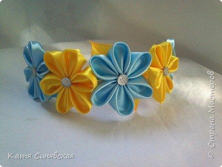 В последнее время желто-голубое стало очень популярно. Канзаши не исключение, вот несколько моих работ в данных цветах. Пышные бантики-резиночки. фото 3