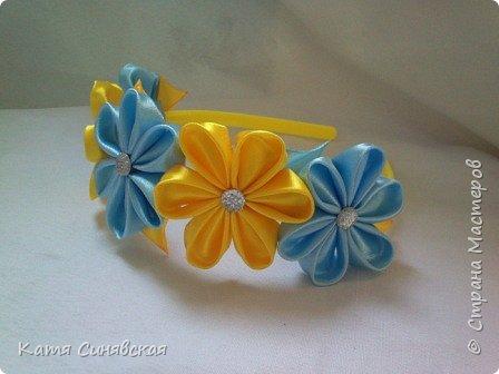 В последнее время желто-голубое стало очень популярно. Канзаши не исключение, вот несколько моих работ в данных цветах. Пышные бантики-резиночки. фото 4