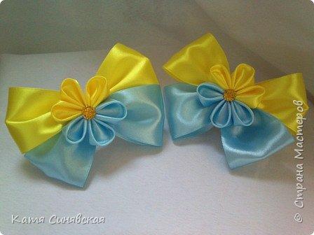 В последнее время желто-голубое стало очень популярно. Канзаши не исключение, вот несколько моих работ в данных цветах. Пышные бантики-резиночки. фото 5