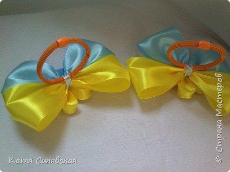 В последнее время желто-голубое стало очень популярно. Канзаши не исключение, вот несколько моих работ в данных цветах. Пышные бантики-резиночки. фото 6