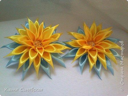 В последнее время желто-голубое стало очень популярно. Канзаши не исключение, вот несколько моих работ в данных цветах. Пышные бантики-резиночки. фото 7