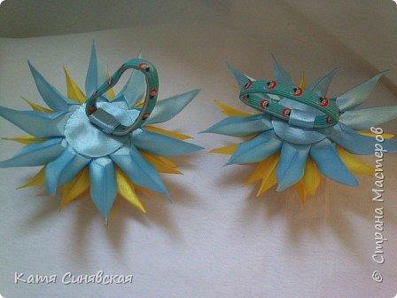 В последнее время желто-голубое стало очень популярно. Канзаши не исключение, вот несколько моих работ в данных цветах. Пышные бантики-резиночки. фото 8