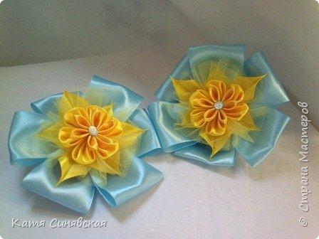 В последнее время желто-голубое стало очень популярно. Канзаши не исключение, вот несколько моих работ в данных цветах. Пышные бантики-резиночки. фото 1
