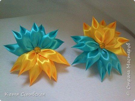 В последнее время желто-голубое стало очень популярно. Канзаши не исключение, вот несколько моих работ в данных цветах. Пышные бантики-резиночки. фото 9