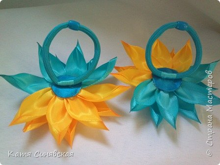 В последнее время желто-голубое стало очень популярно. Канзаши не исключение, вот несколько моих работ в данных цветах. Пышные бантики-резиночки. фото 10
