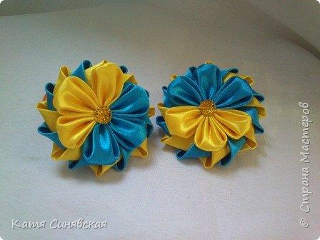 В последнее время желто-голубое стало очень популярно. Канзаши не исключение, вот несколько моих работ в данных цветах. Пышные бантики-резиночки. фото 11