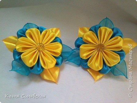 В последнее время желто-голубое стало очень популярно. Канзаши не исключение, вот несколько моих работ в данных цветах. Пышные бантики-резиночки. фото 13